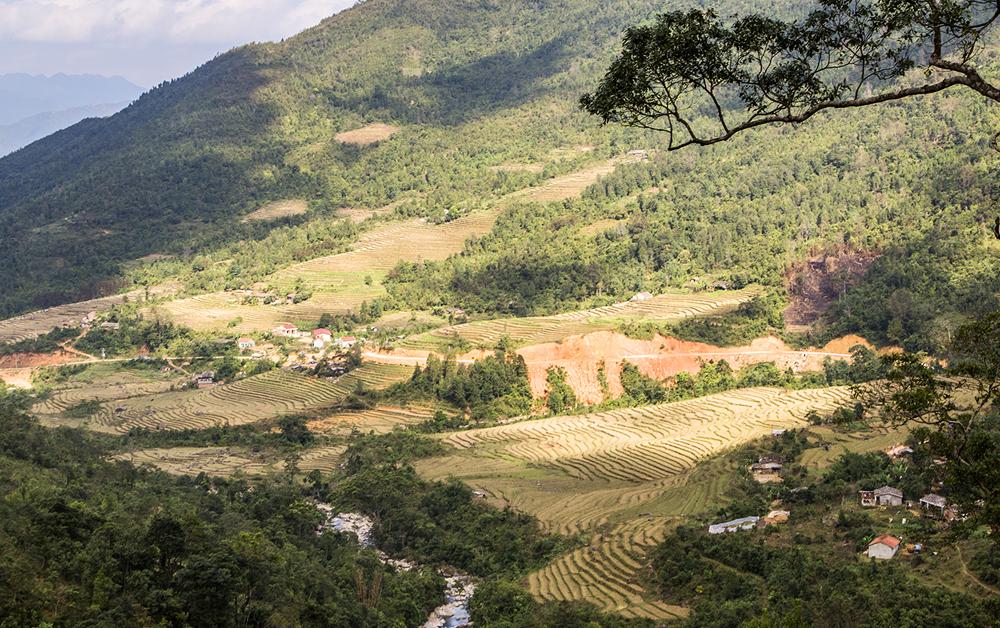 Bản làng yên bình nằm giữa các dãy núi cao, cho du khách những khuôn hình đẹp.