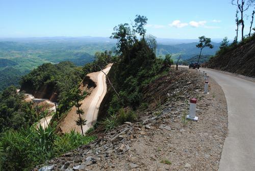 """""""Thảm lụa bê tông"""" đường tuần tra biên giới bò lên đỉnh núi cao 1.900m so với mực nước biển tại địa phận biên giới Việt - Lào, huyện Đắk Glei - Kon Tum."""