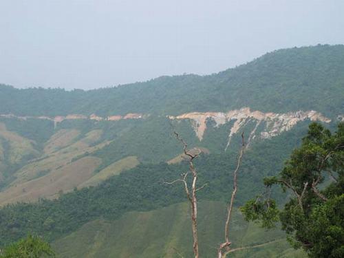 """Đường tuần tra biên giới trong """"biển mây"""" trên đỉnh Trường Sơn."""