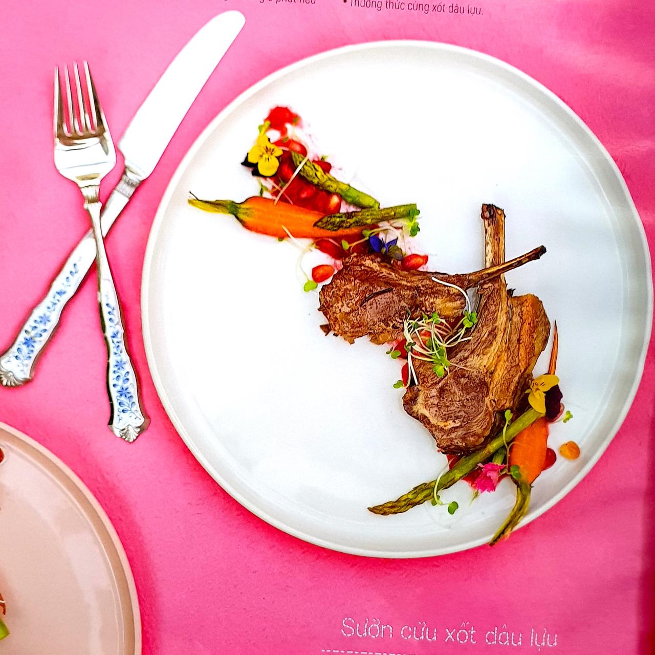2 đĩa steak kèm một chút nước sốt dâu