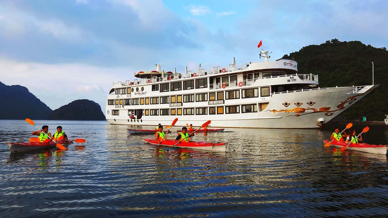 Du khách lựa chọn tàu du lịch thăm quan Vịnh Hạ Long