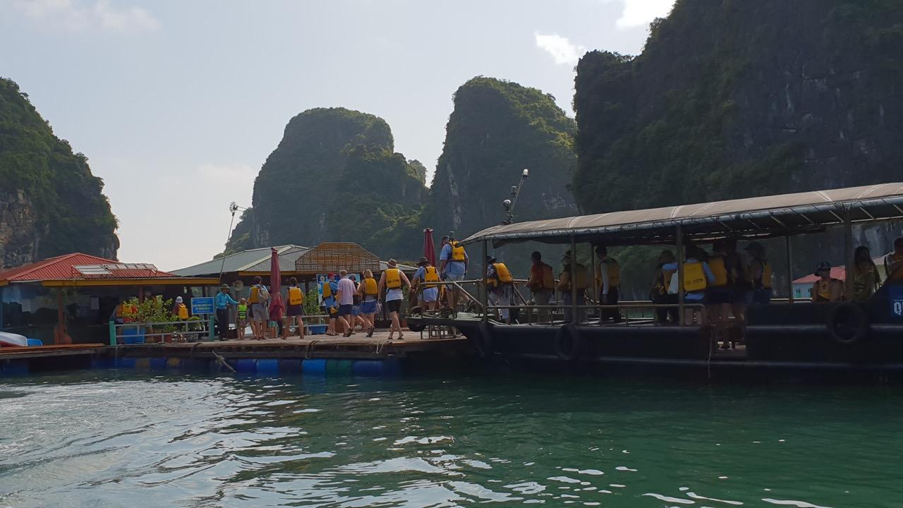 khách thăm quan làng vung viêng