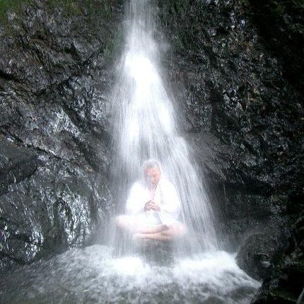 thiền định dưới thác nước
