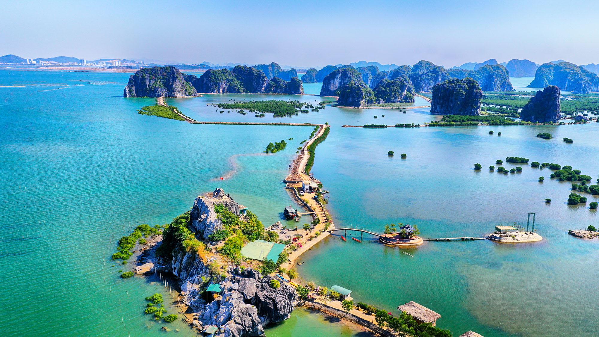 Đầm Tây Long nằm phía Tây Di sản thiên nhiên thế giới Vịnh Hạ Long (12-2019). Ảnh: Hùng Sơn